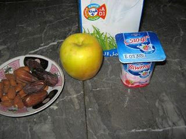 صورة مكونات عصير التفاح بالزبادي