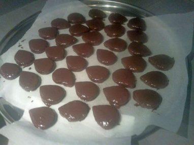 بعد غمس قطع الحلوى في الشوكولاتة السوداء