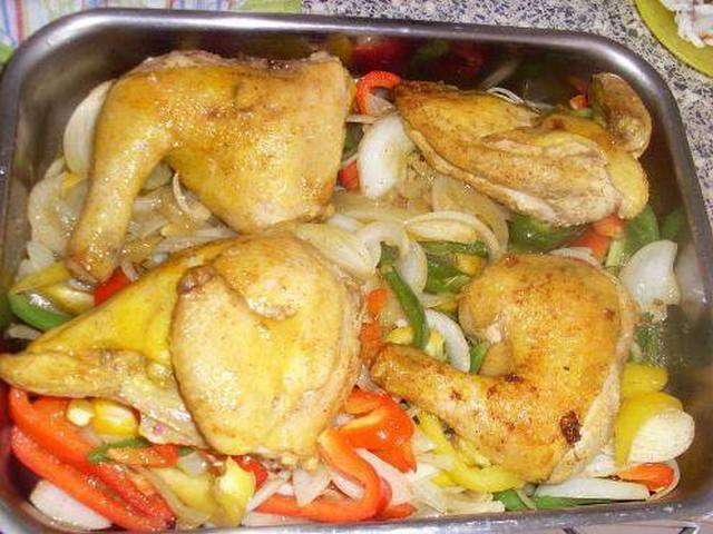 وضع الدجاج والخضر في صينية الفرن
