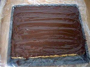 بعد صب الشوكولاتة السوداء المذابة