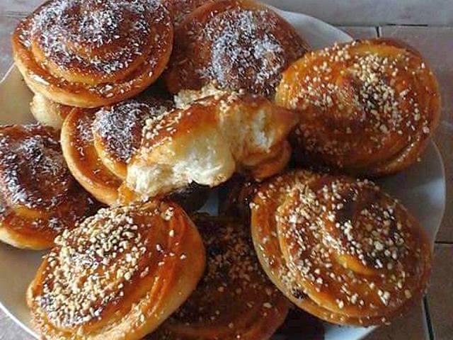 الخبز السويسري (شنيك) بالمربى والفول السوداني