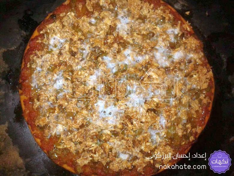 إضافة التون لإعادة البيتزا للفرن