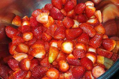 الفراولة بعد تقطيعها
