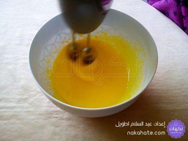 خلط البيض والسكر ثم إضافة الزيت