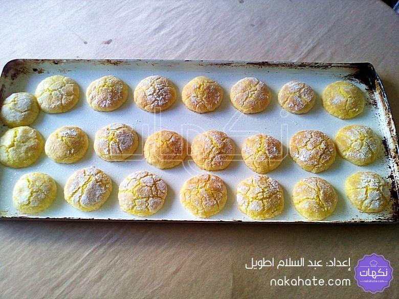 تصفيف كويرات الحلوى في صينية الفرن
