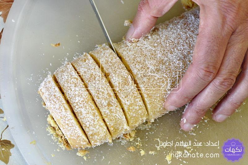 تقطيع قضبان الحلوى للحصول على حلوى الفقاص